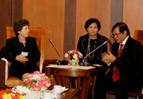 The EFTA Parliamentary Committee Chair, Kathy Riklin, in discussion with the Indonesian Vice-Speaker of the House of Representatives, Mr Pramono Anung.