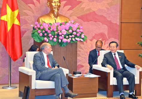 Svein Roald Hansen, Chair of the EFTA Parliamentary Committee, with Vice Chair of the Vietnamese National Assembly, Mr Phung Quoc Hien.