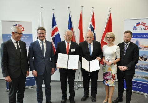 From left: Henri Gétaz, EFTA Secretary-General, Guðlaugur Þór Þórðarson, Minister for Foreign Affairs and External Trade of Iceland, Enggartiasto Lukita, Minister of Trade of the Republic of Indonesia, Johann N. Schneider-Ammann, Federal Councillor and Head of the Federal Department of Economic Affairs, Education and Research of Switzerland, Aurelia Frick, Minister of Foreign Affairs, Justice and Culture of Liechtenstein, Torbjørn Røe Isaksen, Minister of Trade and Industry of Norway.