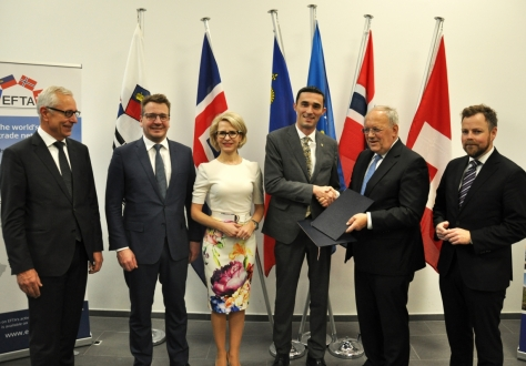 From left: Henri Gétaz, EFTA Secretary-General, Guðlaugur Þór Þórðarson, Minister for Foreign Affairs and External Trade of Iceland, Ms Aurelia Frick, Minister of Foreign Affairs, Justice and Culture of Liechtenstein, Endrit Shala, Minister of Trade and Industry of the Republic of Kosovo, Johann N. Schneider-Ammann, Federal Councillor and Head of the Federal Department of Economic Affairs, Education and Research of Switzerland, and Torbjørn Røe Isaksen, Minister of Trade and Industry of Norway.